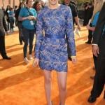 O vestido de renda azul é superchique. (Foto: divulgação)