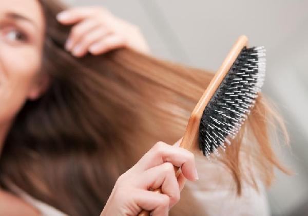 Quando caem mais que 100 fios de cabelo por dia é considerado problema (Foto Divulgação: MdeMulher)