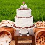 Mesa com o bolo de casamento e outros doces. (Foto:Divulgação)