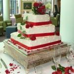 O vermelho dessa decoração deixa o bolo mais belo (Foto: Divulgação)