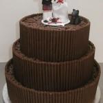 O bolo de chocolate pode ser decorado com o seu ingrediente principal (Foto: Divulgação)