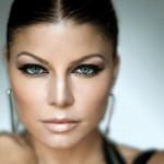 Fergie destacou os seus olhos claros com maquiagem escura. (Foto:Divulgação)