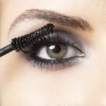 Olhos esfumaçados com sombra preta, máscara para cílios e contorno com lápis. (Foto:Divulgação)