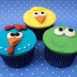 """Cupcakes como lembrancinhas da festa """"Galinha Pintadinha""""."""