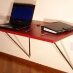 A mesa dobrável de parede serve, inclusive, como suporte do notebook.  (Foto:Divulgação)