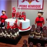 Bolo de aniversário e cupcakes valorizam o tema 'bombeiro'. (Foto:Divulgação).