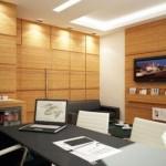O acabamento das paredes com madeira deixou o ambiente mais confortável. (Foto:Divulgação)