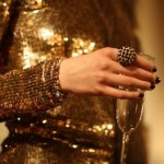 A cor dourada proporciona glamour e elegância ao visual feminino (Foto: divulgação).