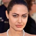 A glamorosa Angelina Jolie dexou as sobrancelhas muito marcadas e artificiais. (Foto: divulgação)