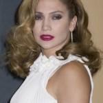 Jennifer Lopez escolheu a base e o pó na cor errada e ficou com a aparência muito pálida. (Foto: divulgação)