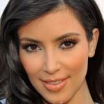 O excesso de pó ressaltou as linhas de expressão de Kim Kardashian. (Foto: divulgação)