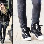 Avril exibe o seu sneaker estampado. (Foto:Divulgação)