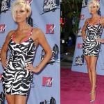 Victoria Beckham usando um vestido de zebra. (Foto:Divulgação)