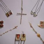 Acessórios religiosos são muito versáteis e combinam com vários estilos e visuais diferentes (Foto: divulgação).