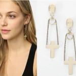 Os brincos podem ser encontrados em vários modelos, dentre eles os de cruzes (Foto: divulgação).