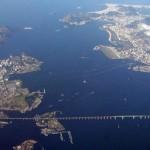 Do alto, a Ponte Rio-Niterói parece uma linha bem fina cortando o mar (Foto: Divulgação)