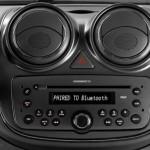 O modelo vem com rádio integrado ao painel, com CD, MP3, Bluetooth e porta USB (Foto: Divulgação)