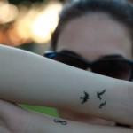 Pequenas tatuagens nos braços. (Foto: Divulgação)