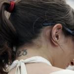 Tatuagem feminina discreta na nuca. (Foto:Divulgação)