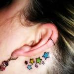 Estrelas tatuadas atrás da orelha. (Foto:Divulgação)