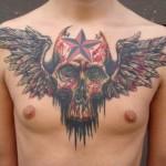 Tatuagem cheia de simbolismos enfeitando a parte frontal do corpo (Foto: Divulgação)