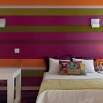 Parede colorida se destaca no quarto. (Foto:Divulgação)