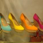 Os sapatos anabela coloridos são ótimas opções de escolha da moda Arezzo (Foto: divulgação).