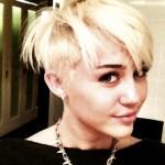 Miley Cyrus apostou no cabelo curto e platinado. (Foto:Divulgação)