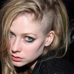 Avril também ousou experimentando o corte undercut. (Foto:Divulgação)