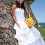 O vestido de noiva para casar na praia é aquele que combina com o ambiente ao ar livre. (Foto:Divulgação)