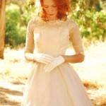 O vestido vintage combina com luvinhas delicadas. (Foto:Divulgação)