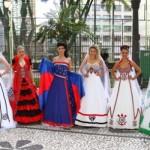 Desfile dos trajes realizado em Curitiba. (Foto:Divulgação)