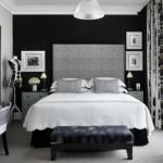 A parede atrás da cama se destaca como um poderoso painel preto. (Foto:Divulgação)