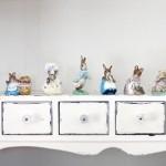 A madeira pintada de branco combina com o quarto vintage. (Foto:Divulgação)