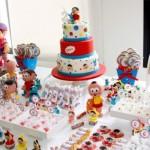 Mesa decorada com o bolo, os doces e bonecos da Turma da Mônica. (Foto:Divulgação)