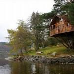 Que tal um fim de semana nessa casa da árvore à beira de um lago? (Foto: Divulgação)
