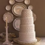 O bolo rendado garante um toque especial de sofisticação para a cerimônia. (Foto: divulgação)