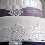 Pérolas e rendas enobrecem este bolo. (Foto:Divulgação)