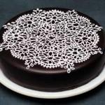 Efeito de renda sobre o bolo de chocolate. (Foto:Divulgação)