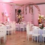 As cores rosa e branco foram usadas para uma decoração delicada. (Foto:Divulgação)