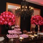 Rosas enfeitam a mesa de doces. (Foto:Divulgação)