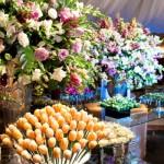 Flores e doces se misturam na decoração. (Foto:Divulgação)