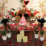 Decoração de aniversário de 15 anos com tema Moulin Rouge. (Foto:Divulgação)