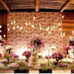 Muitos arranjos de flores decoram a mesa de casamento. (Foto:Divulgação)