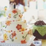 O bolo decorado com flores é o destaque da mesa. (Foto:Divulgação)