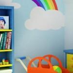 Brinquedos e paredes coloridas combinam com o quarto. (Foto:Divulgação)