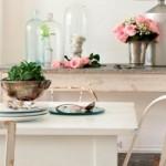 As mesas e cadeiras antigas são ideais para a decoração shabby chic (Foto: divulgação).