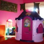 Uma casa de brinquedo dentro do quarto é ótimo para as crianças (Foto: Divulgação)