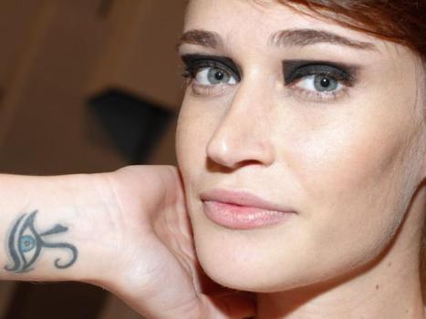 Olho gordo tatuado no pulso. (Foto:Divulgação)