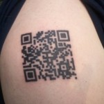 Código QR Code tatuado na pele. (Foto: Divulgação)